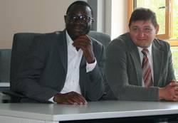 Dr. Karamba Diaby (links im Bild) und Steffen Globig machten sich im Bfw Sachsen-Anhalt ein Bild über die Verknüpfung von der Digitalisierung der Arbeitswelt und der Umsetzung in der Erwachsenenbildung.