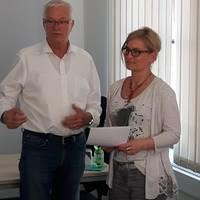 Übergabe Ehrenurkunde Vereinsvorsitzender Dr. Gründler und Leiterin Qualifizierung Brigitte Kilian